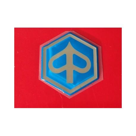 emblema piaggio en relieve hexagono de resina con adhesivo posterior